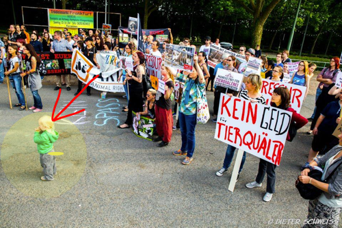 Dieses Kind möchte gern in den Zirkus zu den Elefanten und den Seelöwen, darf aber nicht, da es die radikale Mutter die dieses Kind mit zu dieser Demonstration geschleppt hat verboten hat. https://www.facebook.com/107645022678901/photos/pcb.713690808740983/713689398741124/?type=1&theater